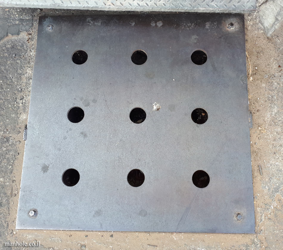 Netzer Sereni - A metal drain cover with 9 holes